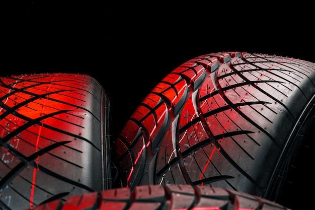 Nuevas llantas. neumáticos de automóvil de cerca