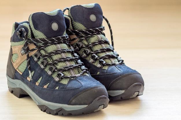 Nuevas y modernas botas de montaña para senderismo. calzado moderno de cuero para trekking.