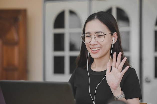 Nuevas mujeres normales trabajan desde casa video conferencia distanciamiento social quedarse en casa mantenerse a salvo