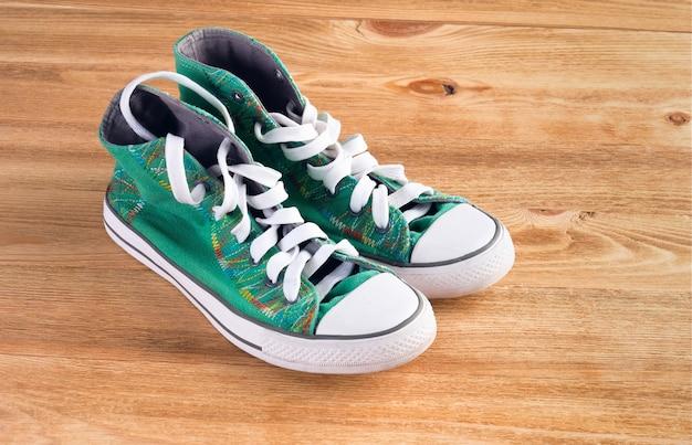 Nuevas zapatillas deportivas sobre un fondo de madera.