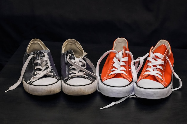 Nuevas zapatillas naranjas y azules viejas