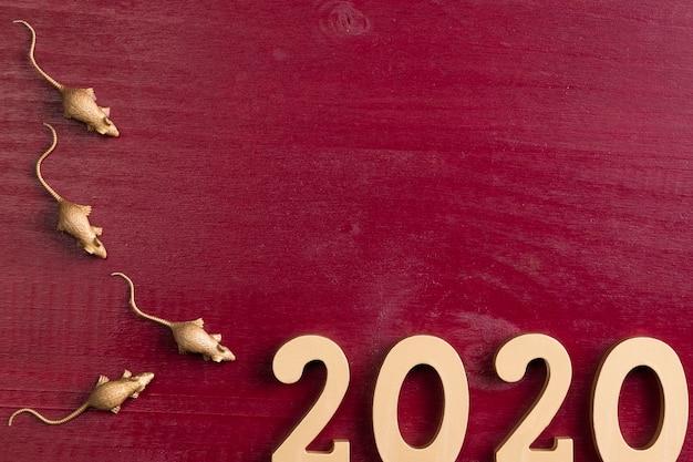 Nuevo año chino con figuras de ratas y fondo rojo.