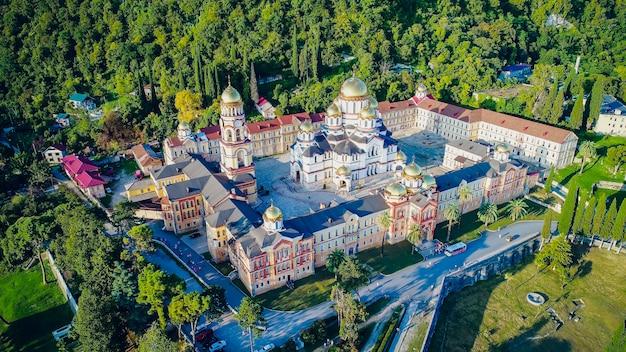 Nuevo athos, abjasia monasterio de san simón el cananeo vista aérea ciudad turística gagra, abjasia, georgia