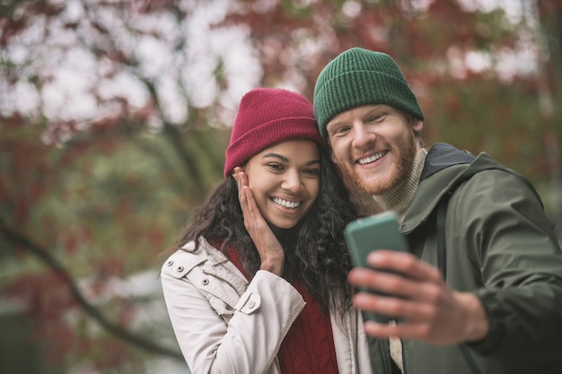 Nuevo avatar. una pareja feliz haciendo un hermoso selfie juntos