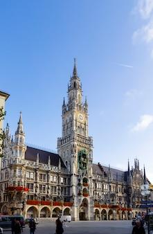 Nuevo ayuntamiento con la torre del reloj en la plaza central marienplatz en munich, baviera, alemania