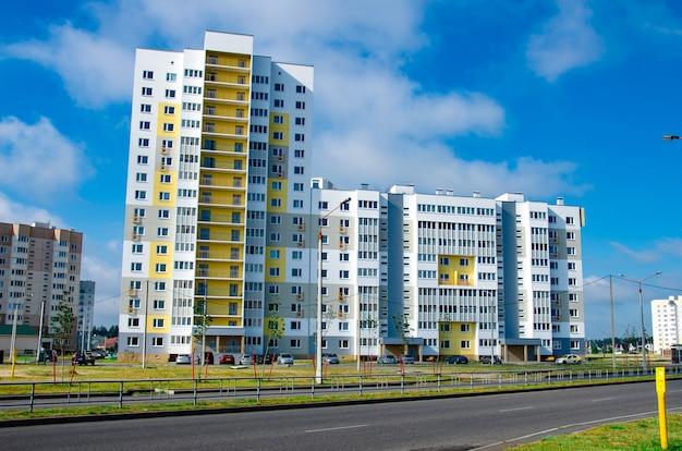 Nuevo bloque de apartamentos modernos con balcones y cielo azul de fondo