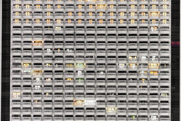 Nuevo bloque de modernos apartamentos o condominios con balcones en la noche.