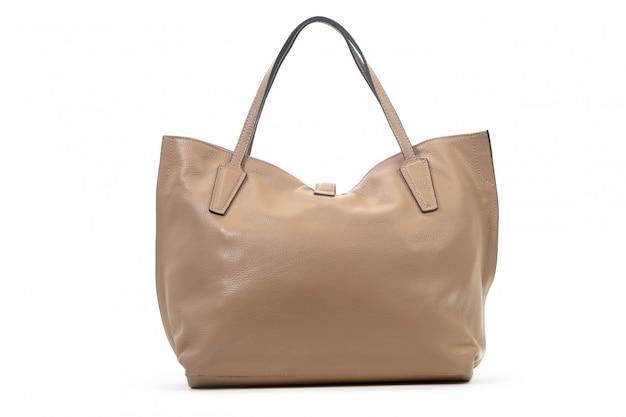 Nuevo bolso femenino de cuero aislado sobre fondo blanco.