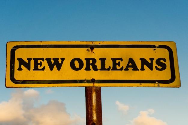 Nuevo cartel amarillo de la ciudad de nueva orleans con cielo azul
