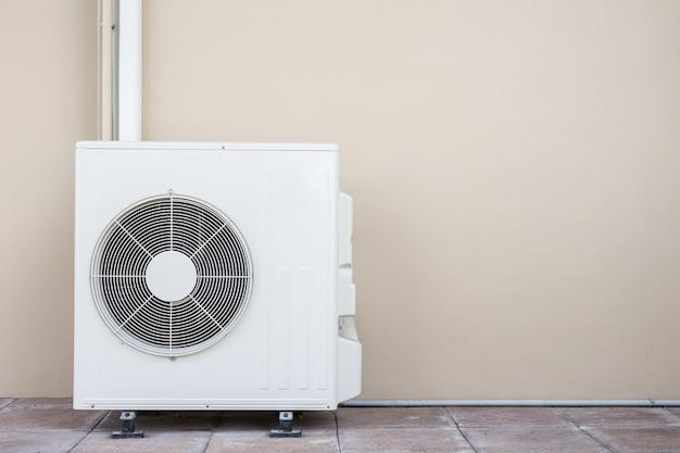 Nuevo compresor de aire acondicionado cerca de la pared