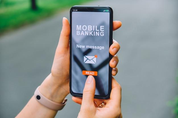 Nuevo concepto de mensaje en una aplicación de interfaz de banca móvil para teléfonos inteligentes en la mano