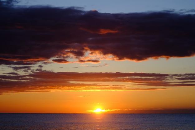 Nuevo día en la playa, momento del amanecer