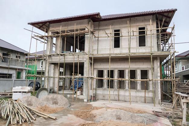 Nuevo edificio de estilo contemporáneo de casa residencial en curso en el sitio de construcción