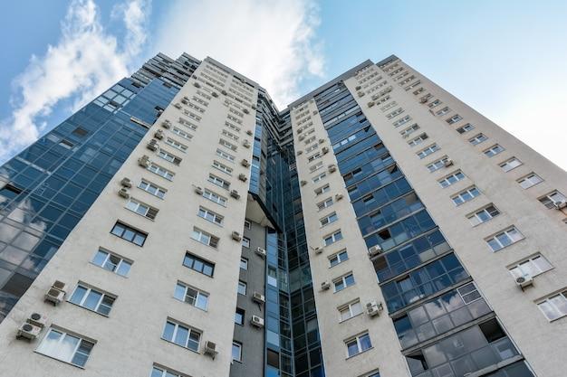 Nuevo edificio de oficinas de gran altura en el centro de la ciudad