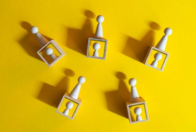 El nuevo ego virtual concepto de nueva comunicación a través de una pantalla figuras de madera sobre fondo amarillo