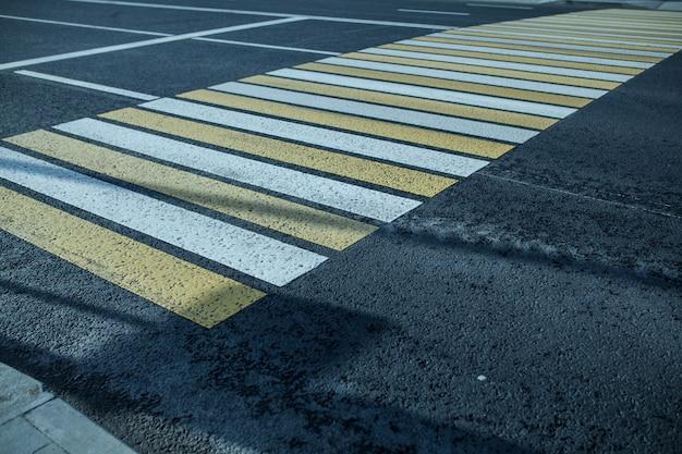Nuevo fundamento peatonal blanco y amarillo en la ciudad.