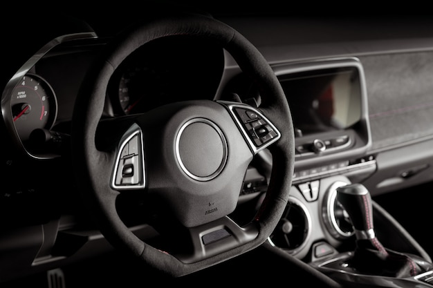 Nuevo interior de automóvil moderno con sistema de pantalla táctil multimedia inteligente y palanca de cambios automática dentro de un automóvil moderno y lujoso