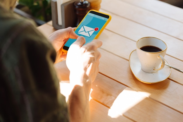 Nuevo mensaje. cerca de la pantalla de un teléfono inteligente con una notificación de mensaje nuevo