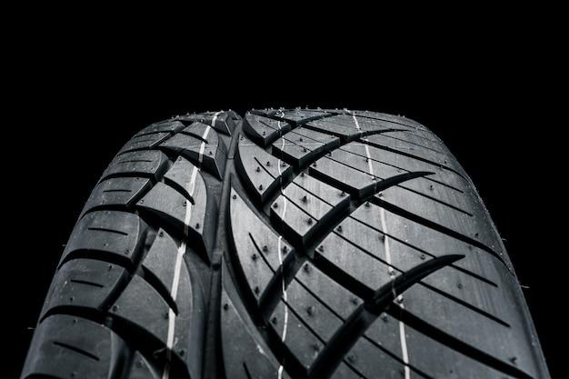 Nuevo neumático de automóvil moderno.