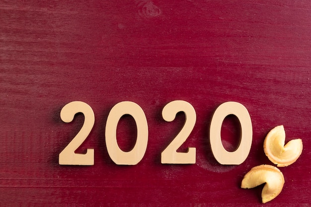 Nuevo número de año chino y galletas de fortuna sobre fondo rojo.