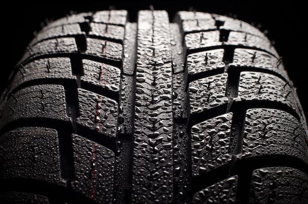 Nuevo patrón de neumáticos de invierno sobre fondo negro
