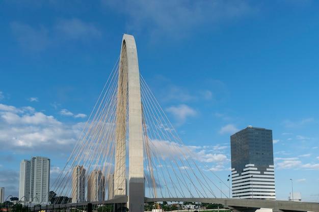 Nuevo puente atirantado en sao josé dos campos, conocido como arco de la innovación. vista lateral