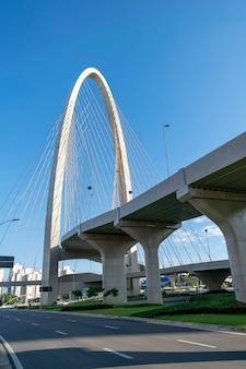 Nuevo puente atirantado en sao josé dos campos, conocido como arco de la innovación. vista vertical