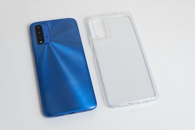 Nuevo teléfono móvil con tapa transparente sobre fondo blanco aislado