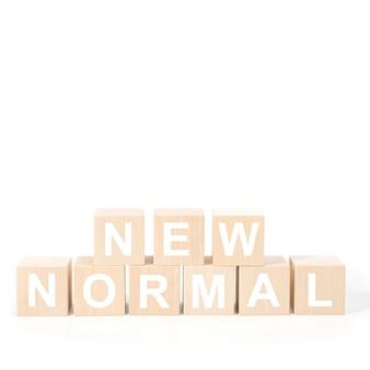 Nuevo texto normal en cubo de madera. nueva vida normal después de la pandemia de encierro del covid-19 con distanciamiento social