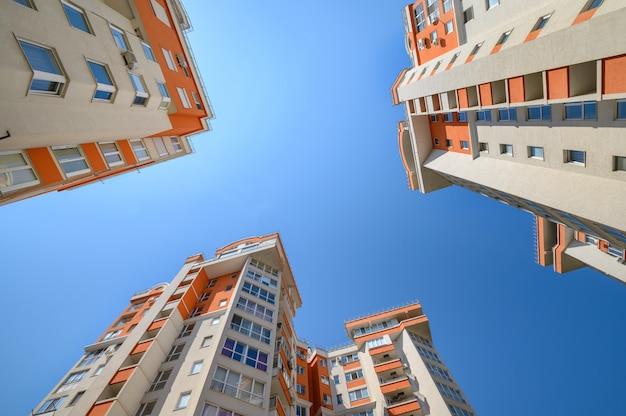 Nuevos edificios de apartamentos modernos tomados desde abajo