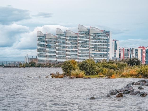 Nuevos edificios de gran altura por la noche en la orilla del golfo, san petersburgo
