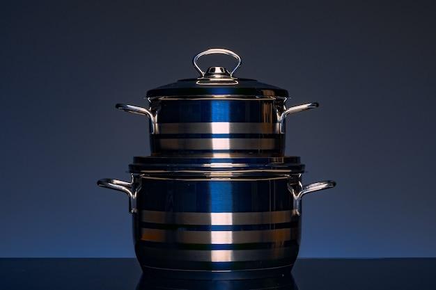 Nuevos utensilios de cocina sobre fondo oscuro