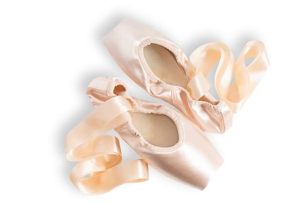 Nuevos zapatos de punta de ballet rosa aislado sobre fondo blanco.