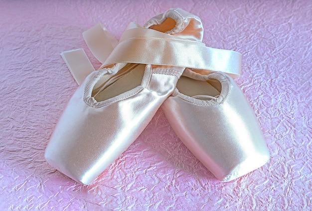 Nuevos zapatos de punta de ballet en rosa neón