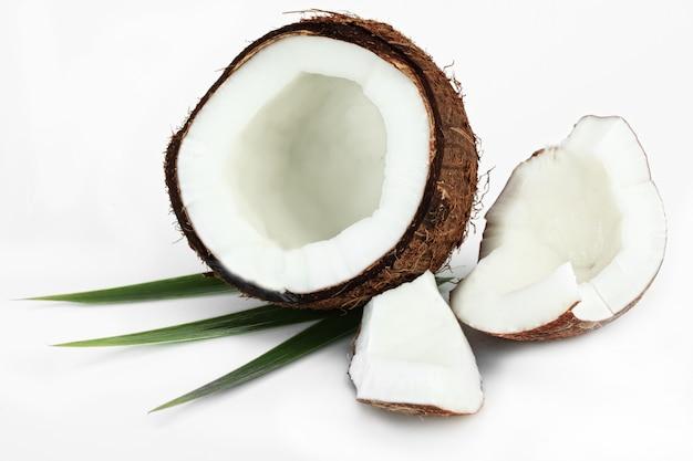 Nuez de coco sobre un fondo blanco