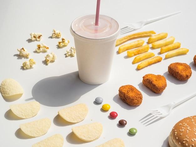 Nuggets, papas fritas, papas fritas y refrescos alineados