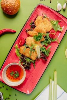 Nuggets de pollo con hierbas y salsa de chile dulce