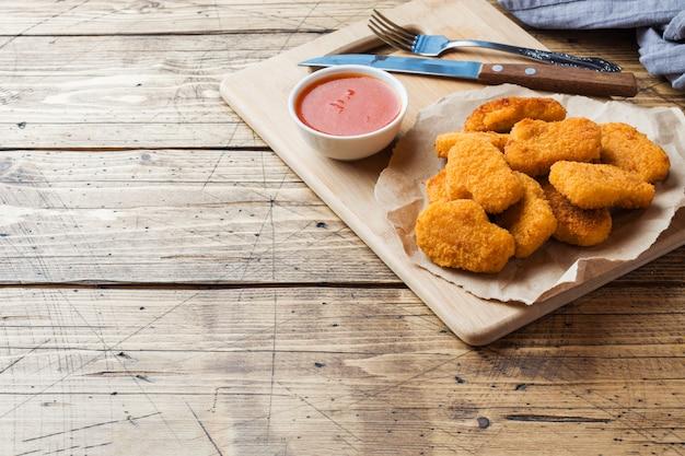 Nuggets de pollo con salsa de tomate