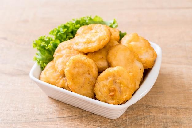 Nuggets de pollo con salsa
