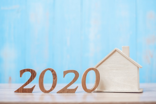 Número 2020 con modelo de casa en madera