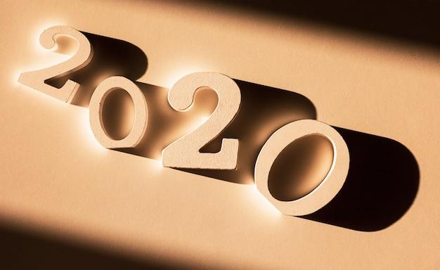 Número 2020 sobre fondo marrón.