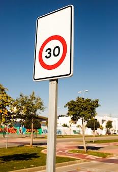 Número 30 señal de límite de tráfico en el parque