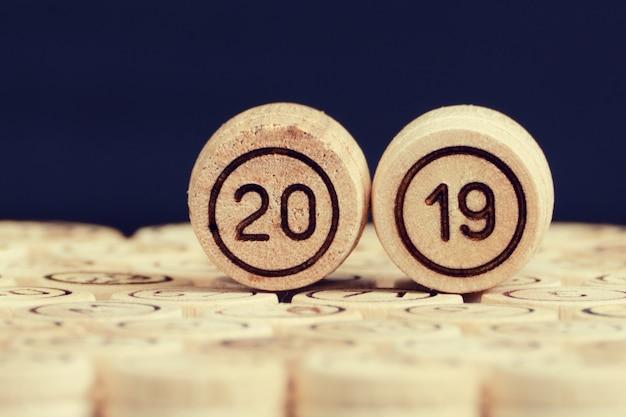 El número es 2019 barriles de madera de lotería.
