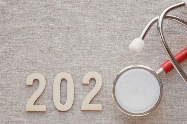 Número de madera 2020 con estetoscopio rojo
