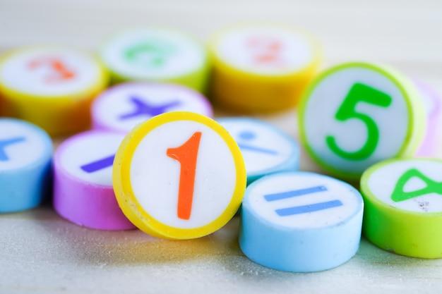 Número de matemáticas colorido sobre fondo blanco: enseñanza estudio matemática aprendizaje enseñar