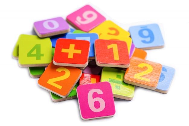 Número matemático colorido sobre fondo blanco.