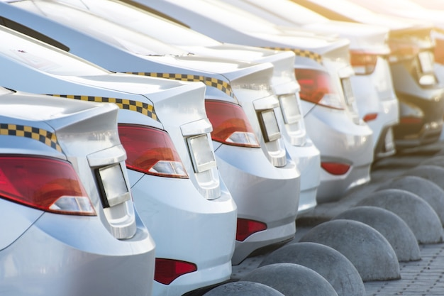 Número de taxis, vista del parachoques trasero y faros con maletero.