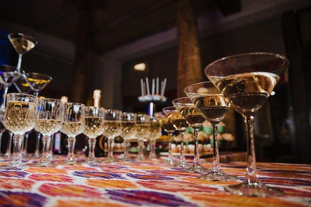 Un número de vasos de bebidas en la mesa en el restaurante.