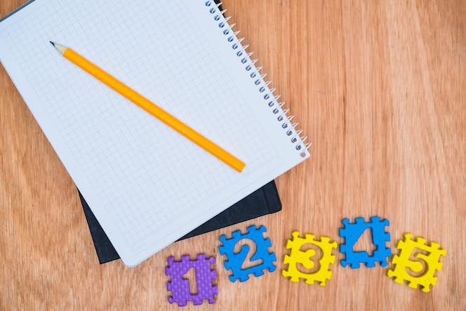 Números cerca del cuaderno y libro de texto