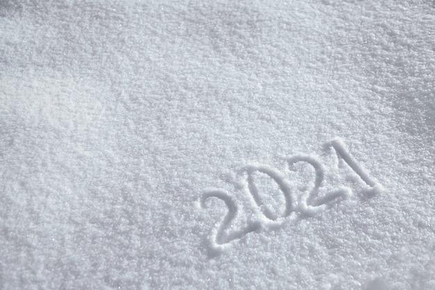 Números, fecha del calendario, inscripción 2021 en superficie nevada natural en invierno